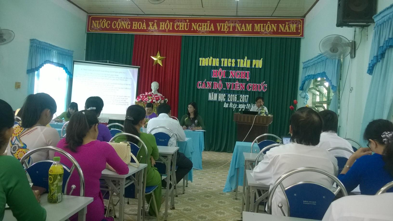 Cô giáo Trần Thanh Hoa báo cáo tham luận về vận dụng thành tố tích cực của mô hình trường học mới vào dạy học